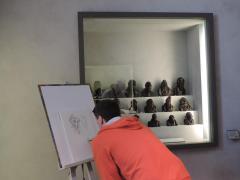 Jérôme Jouvray devant Les Célébrités du Juste milieu d'Honoré Daumier